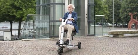 Mann auf dem ATTO Mobilitätsroller