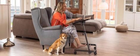 Frau im Homeoffice auf Sessel mit Beistelltisch