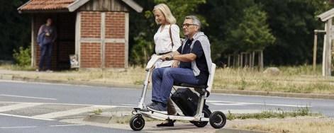 Ehepaar unterwegs mit dem Elektromobil