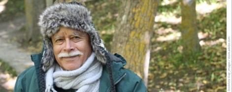 Älterer Herr im Wald