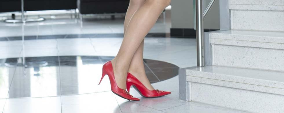 Füße in roten Schuhen mit hohen Absätzen