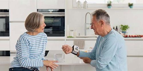 Mann misst Blutdruck