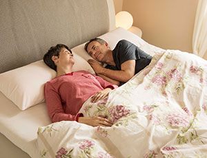 Paar im Doppelbett mit Elsa Schlafkissen
