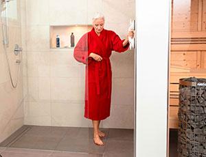 Frau in Dusche mit Haltegriff