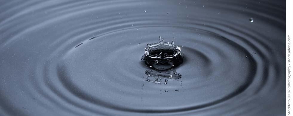 Regentropfen im Wasser
