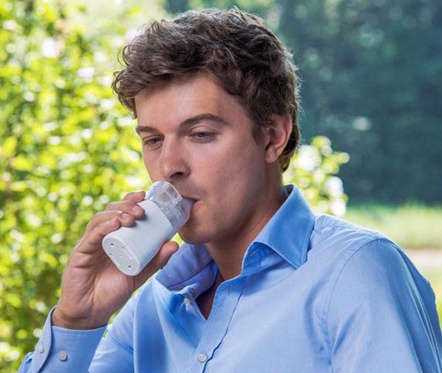 Mann mit Inhalationsgerät