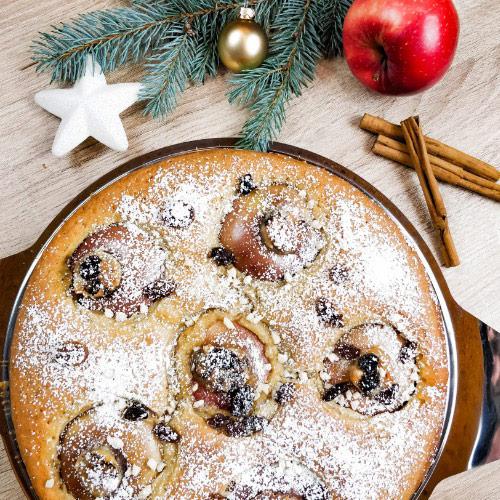 Weihnachtlicher Bratapfelkuchen mit Marzipan, Rosinen und Zimt