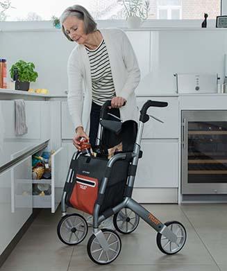 Frau geht mit Rollator Let's Shop spazieren