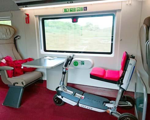 Das Elektromobil ATTO im Zug Eurostar auf Reisen