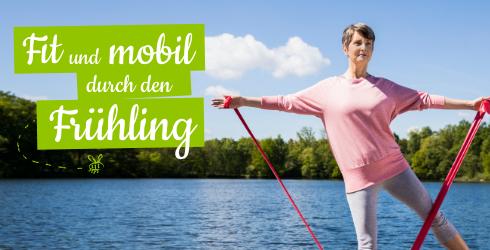 Frau beim Sport am See mit einem TheraBand